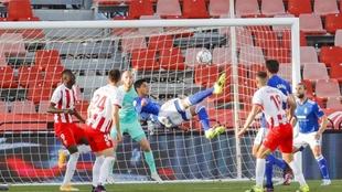 Grippo, en el momento de marcar su gol de chilena