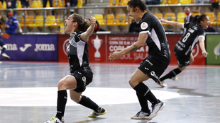 Las jugadoras de Burela celebran el gol de la victoria