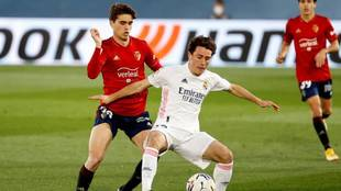 Odriozola, ante Javi Martínez en el Madrid-Osasuna.