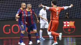 Los jugadores del Barça celebran uno de los goles de Ferrao