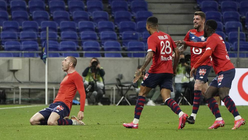 Yilmaz y los jugadores del Lille celebran un gol.