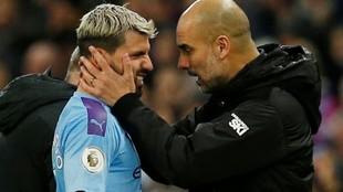 Guardiola felicita a Agüero durante un partido del City.