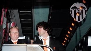 Koeman y Bakero en el autocar oficial del Valencia tras su última...