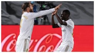 Sergio Ramos y Mendy celebran un gol del Madrid.