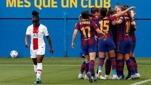 Las jugadoras del Barcelona celebran un gol ante el PSG.