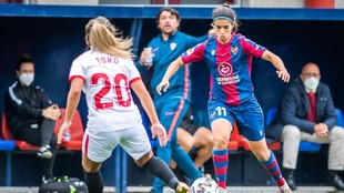 Alba Redondo controla un balón ante la oposición de Javiera Toro.