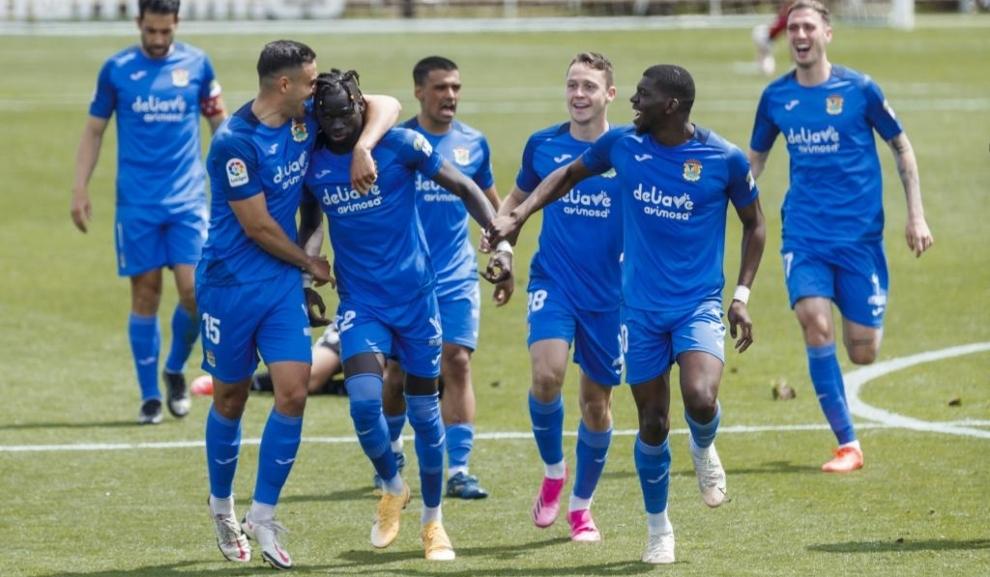 Los jugadores del Fuenlabrada abrazan a Pathé Ciss tras marcar su golazo al Cartagena