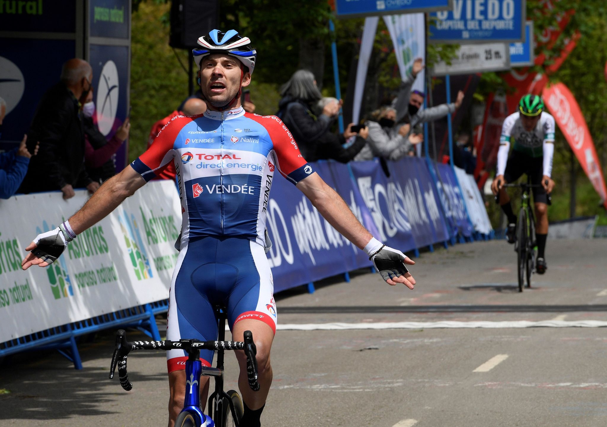 Pierre Latour celebra la victoria en el Alto del Naranco.
