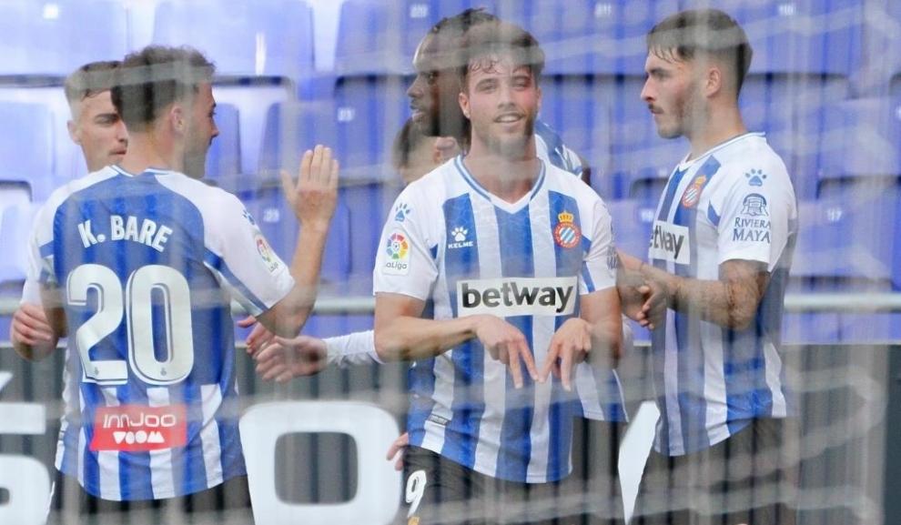 Puado celebra su gol al Málaga con la presencia de sus compañeros