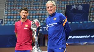 Daniel y Andreu Plaza, junto al trofeo de campeón de Europa