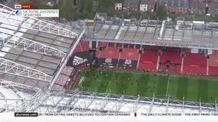 Aficionados del Manchester United se cuelan en Old Trafford... ¡y se llevan los banderines de córner!
