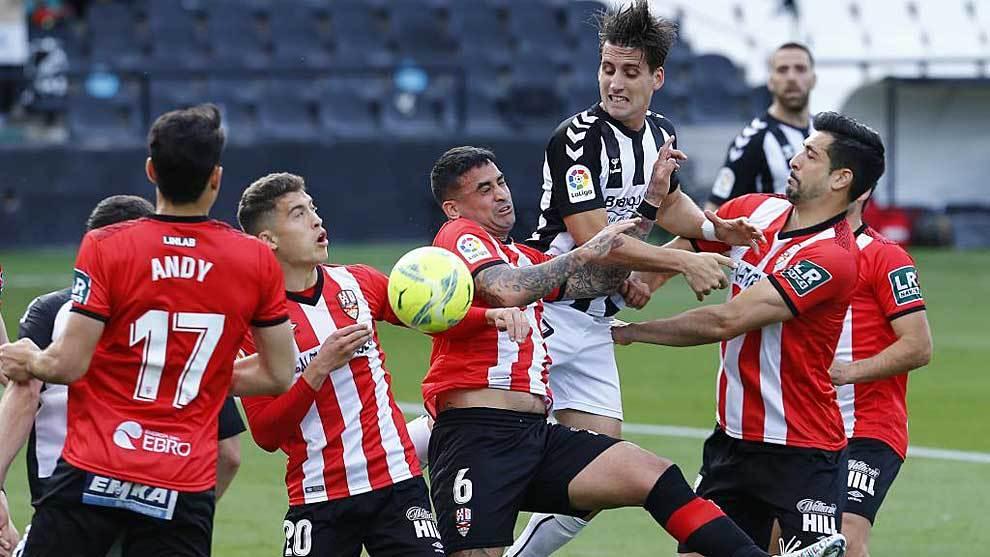 Juanto Ortuño intenta rematar entre cinco jugadores del Logroñés