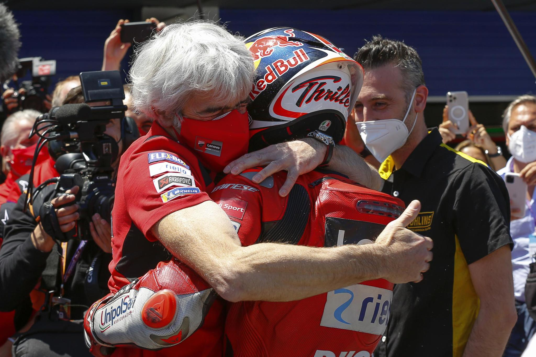 Dall'Igna abraza a Miller.