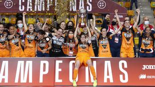 Las jugadoras del Burela celebran el título
