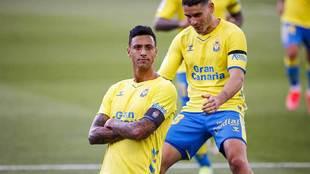 Maikel Mesa celebra con los brazos cruzados y ante Sergio Ruiz su gol...