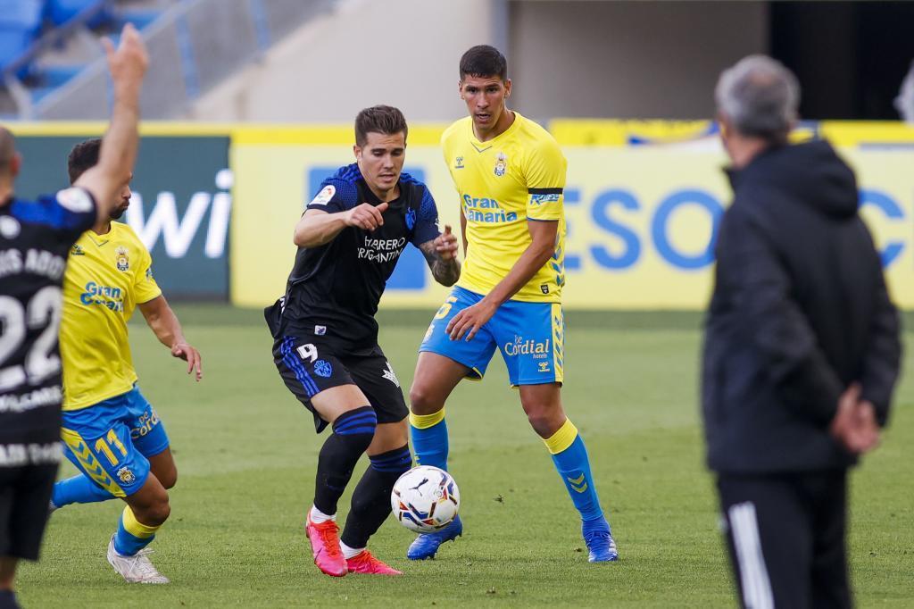Kaxe controla el balón entre Benito y Tomás Cardona