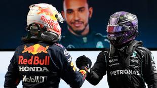 Verstappen choca la mano de Hamilton.