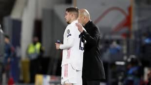 Zidane da instrucciones a Valverde antes de entra al campo.