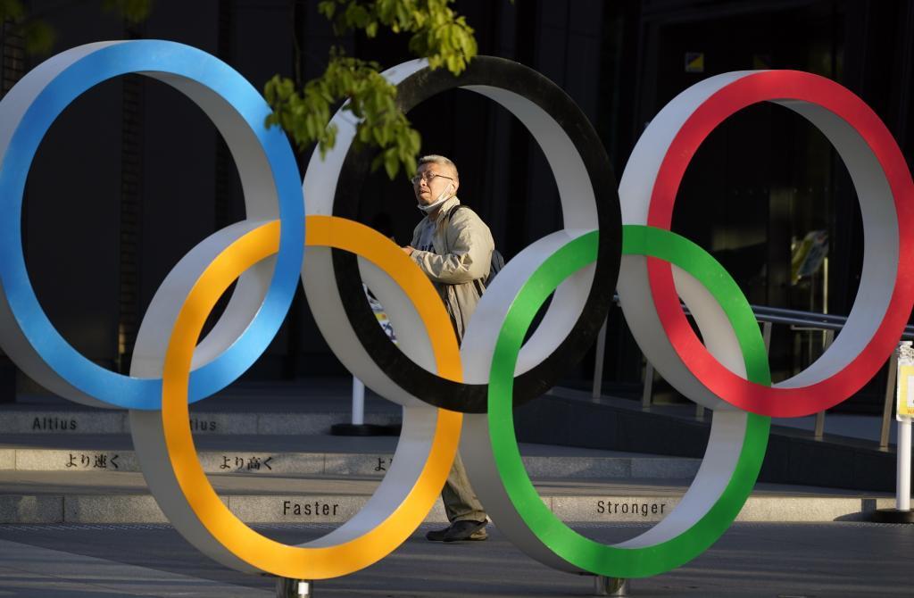 Aros olímpicos gigante en las calles de Tokio.