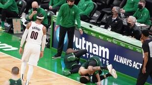 Jaylen Brown y Jayson Tatum, tendidos en el suelo tras su choque.