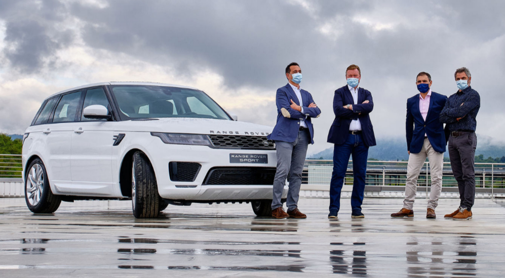Los directivos del concesionario Auto Pla Vic 4x4 junto a Ronald Koeman y a un Range Rover Sport.