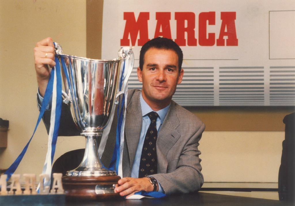 Víctor Fernández posa en MARCA con la Recopa lograda en 1995