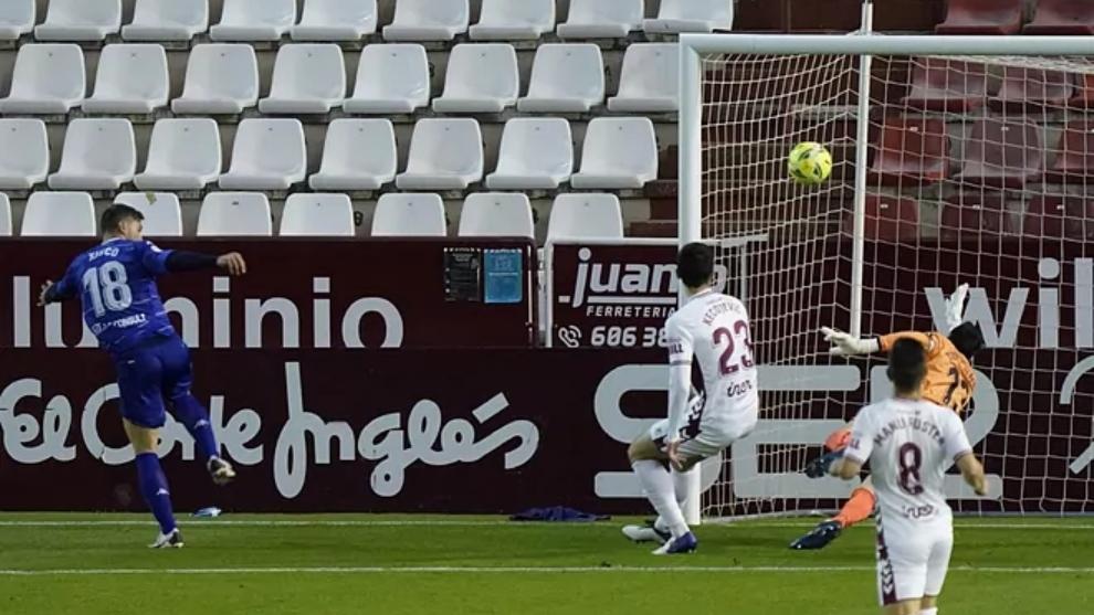 Xisco Jiménez, en el momento de marcar el gol a Tomeu Nadal.