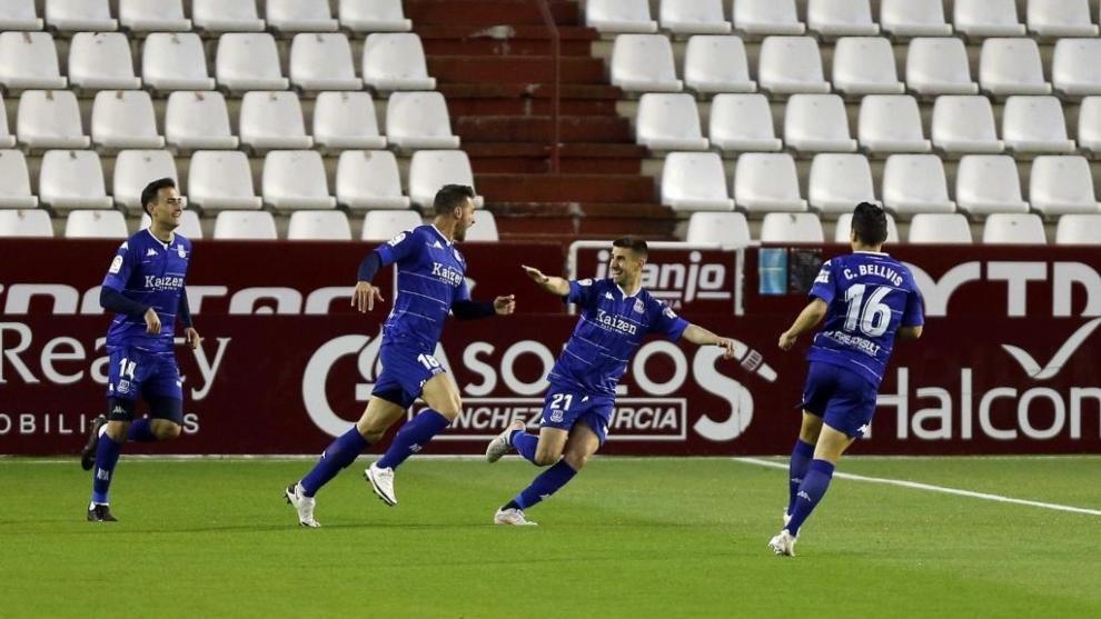 Los jugadores de Alcorcón buscan a Xisco Jiménez para felicitarte por el gol marcado al Albacete.