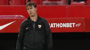 Gesto contrariado de Julen Lopetegui (54) en el partido ante el...