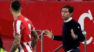 Marcelino da instrucciones a Nuñez en un momento del partido.