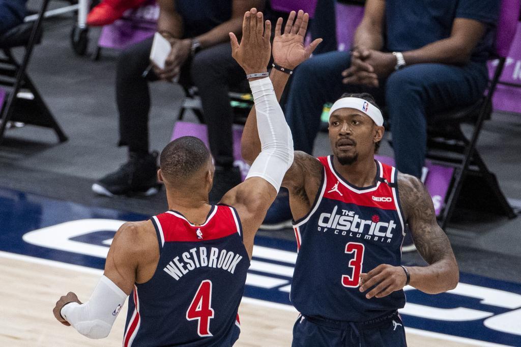 Westbrook celebra una canasta con Beal, la otra estrella de los Wizards.