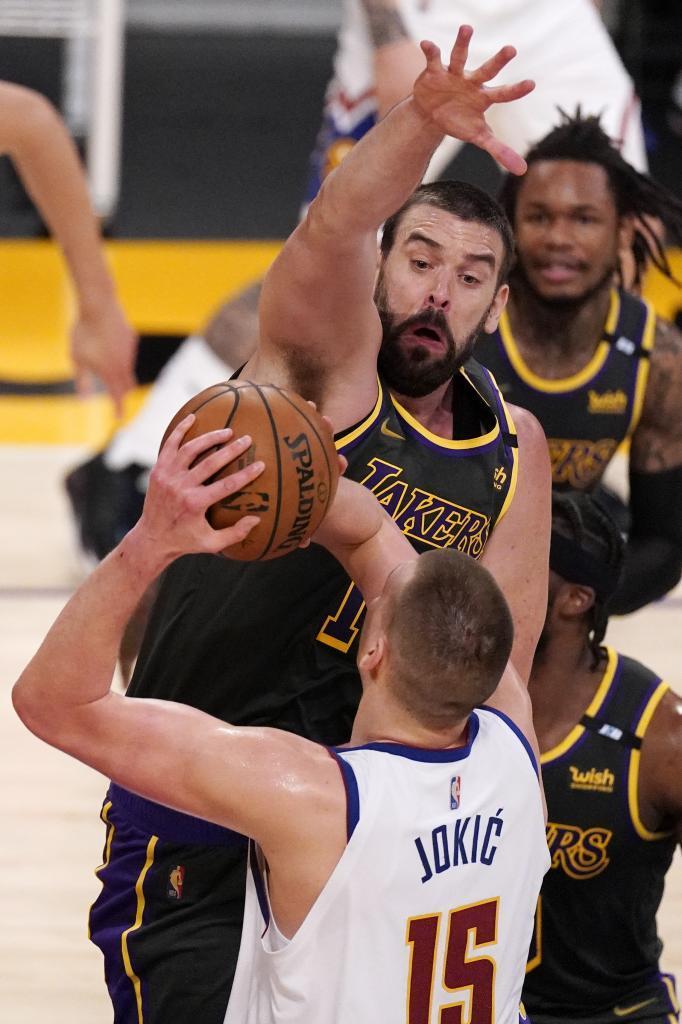 Marc Gasol intenta taponar a Nikola Jokic en el partido entre Lakers y Nuggets.