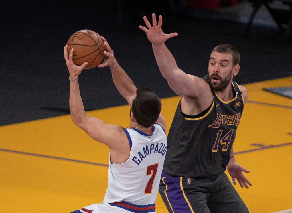 Marc Gasol intenta intimidar a Facundo Campazzo en el partido entre Lakers y Nuggets.