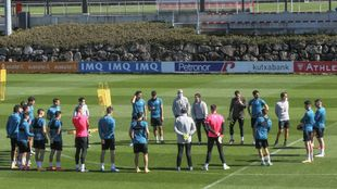 Marcelino se dirige a sus jugadores antes de comenzar un entrenamiento...