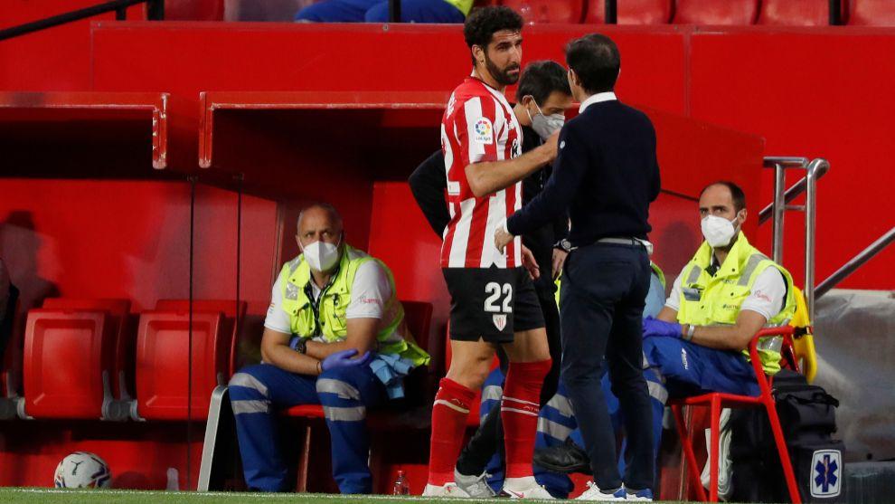 Raúl, acompañado del doctor Angulo, charla con Marcelino al ser sustituido.