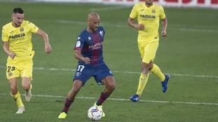 Mikel Rico controla el balón en un partido ante el Villarreal.