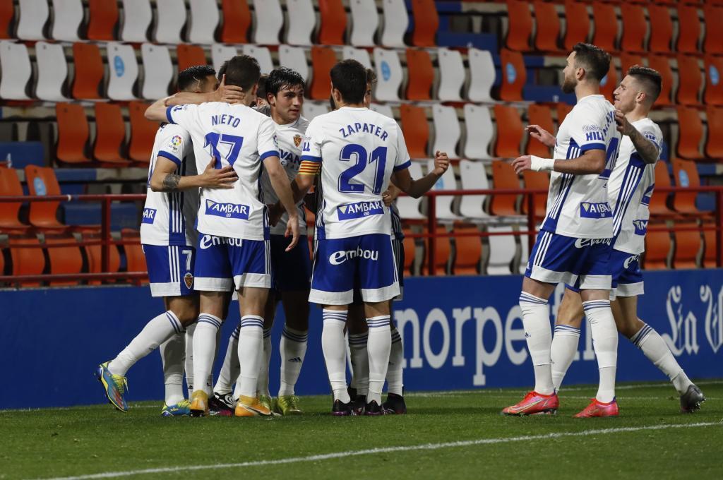 Adrián celebra con sus compañeros el penalti anotado en el Anxo Carro