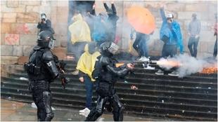 La Policía interviene en las manifestaciones en Colombia.