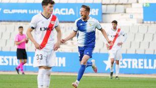 Édgar Hernández celebra el gol definitivo ante la decepción de Fran...