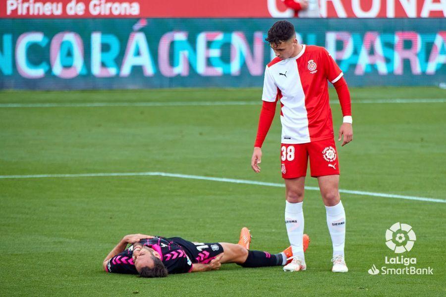 Arnau Martínez observa a Carlos Ruiz caído en el suelo