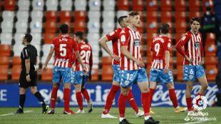 Los jugadores del Lugo, abatidos tras dejar escapar el triunfo
