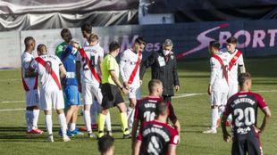 Los jugadores del Rayo, durante un parón del partido ante el Alba