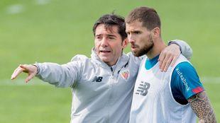 Marcelino habla con Iñigo Martínez antes de un ejercicio.