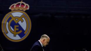 Pablo Laso, cabizbajo durante un partido, pasa por delante de un...