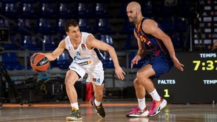 Kevin Pangos trata de superar la defensa de Nick Calathes.