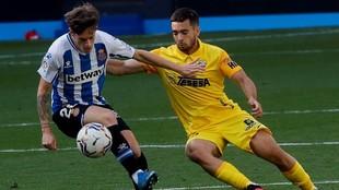 Ramón Enríquez disputa el balón con Pol Lozano.