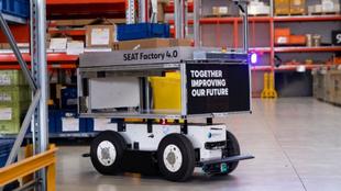 Imagen del robot autónomo EffiBOT en la fábrica de Seat en Martorell