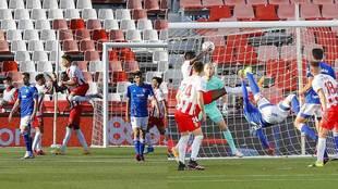 Umar Sadiq celebra el gol del Almería... mientras Grippo marca el...