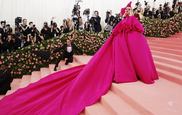 Lady Gaga lleva un espectacular vestido de noche rosa cuando llega a...