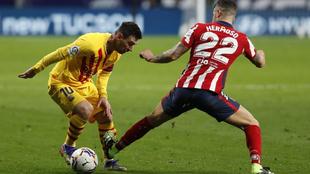 Messi le hace un quiebro a Hermoso en el partido de ida de LaLiga.